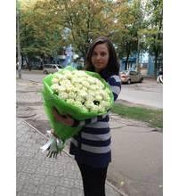 Флорист с букетом из 51 белой розы