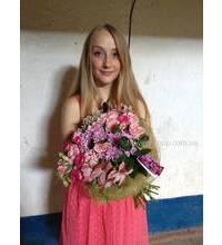 Очень красивая девушка с букетом цветов.