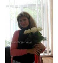 Девушка с букетом белых роз