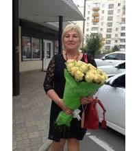 Получательница букета эквадорских роз