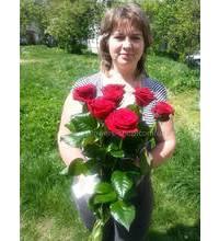 Получательница с букетом роз