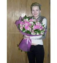 Букет из роз аква и альстремерий в руках у девушки
