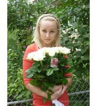 Блондинка с букетом белых роз
