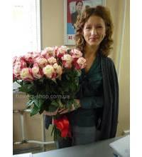 Букет из роз Свитнесс в руках у именинницы