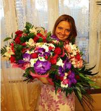 Девушка держит в руках четыре сборных букета