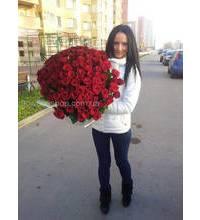 Харьковчанка с букетом красных роз
