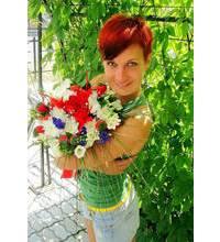Девушка из Калуша с букетом в момент доставки цветов