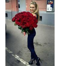 Девушка из Житомира с букетом красных роз