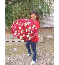 Девушка из Ялты с огромным букетом роз