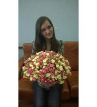 Девушка из Дубно с букеом кустовых роз