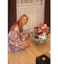 Фото получателя в Евпатории с корзиной цветов