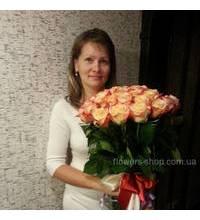Женщина с розами в момент доставки цветов
