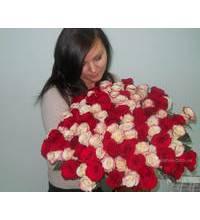 Букет роз вручен получательнице в Апостолово