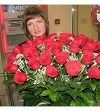 Букет из роз Фридом в руках у получательницы
