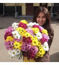 Дівчина з Конотопу з букетом різнокольорових хризантем