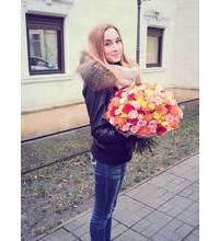 Девушка из Кременца с разноцветными розами