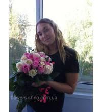 Девушка с букетом роз в г.Васильков