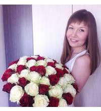 Букет из красных и белых роз в руках у получательницы