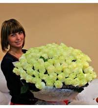 Огромный букет роз в руках у именинницы