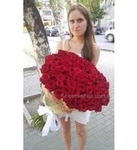 Одесситка с букетом красных роз