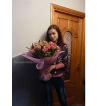 Девушка из керчи с букетом из роз и альстромерии