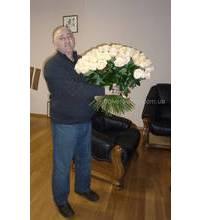 Чоловік з букетом білих троянд