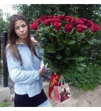 Девушка из Хуста с букетом красных роз в момент доставки