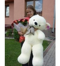 Разноцветные розы и плюшевый медведь в руках получательницы