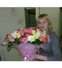 Жіночка з букетом різнокольорових троянд