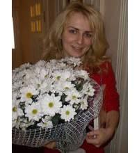 Девушка из Червонограда с букетом ромашек