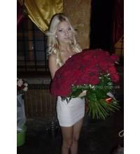 Фото жительницы Виноградова в момент вручения букета роз