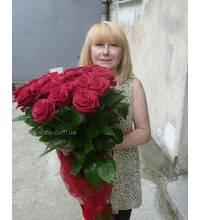 Высокие красные розы в руках у получательницы из Нетешина