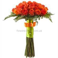 Оранжевые розы на длинных стеблях, атласная лента