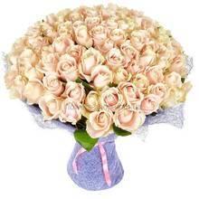 Круглый букет из роз персикового цвета упакованных в сизаль