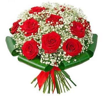 Букет из красных роз с гисофилой и зеленью аспидистры