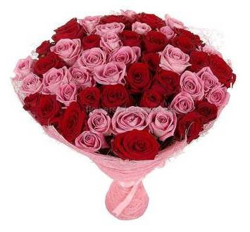 Букет из роз Гран При и Аква в декоративной упаковке