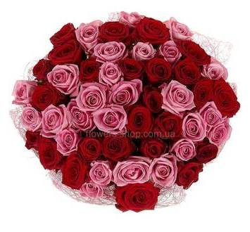Букет из красных и розовых роз упакованных в сизаль