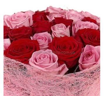 Розы двух цветов в розовой упаковке