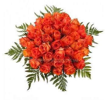 Круглый букет из роз, с зеленью, перевязанный лентой