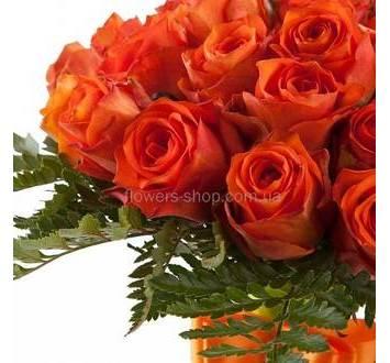 Оранжевые розы, зелень ледерварена