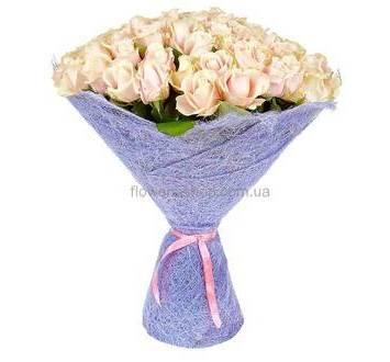 Кремовые розы в сиреневой упаковке