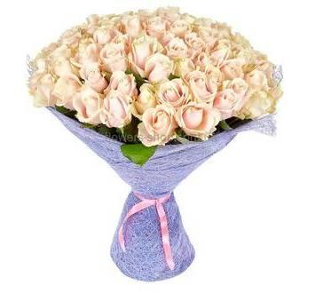 Розы персикового оттенка во флористической упаковке