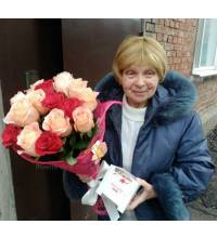 Bouquet of roses and sweets courier delivery to the house