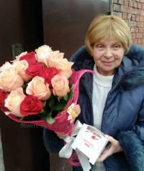 Букет роз и конфеты курьерской доставкой на дом