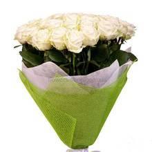 Белые розы в упаковке из сетки и бумаги