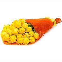 Каскадный букет из желтых роз в упаковке