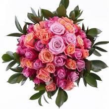 Плотный круглый букет из роз