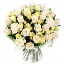 Белые кустовые и одноголовые розы в декоративной органзе