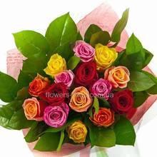 Круглый букет из роз разных сортов