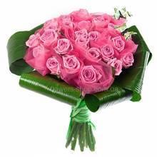Круглый букет из розовых роз с листьями аспидистры